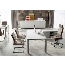 09 zeitlos, modernes Chefbüro, Schreibtisch in Weiß und Edelstahl Tischbeinen, passendem Sideboard und Meetingtisch - IULIO Büromöbel