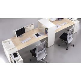 LOGIC 16 Mitarbeiterbüro, Schreibtisch in Ahorn und weiß, viele Ablagen