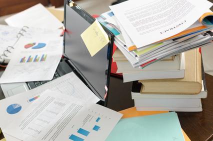 Ein unaufgeräumter Schreibtisch