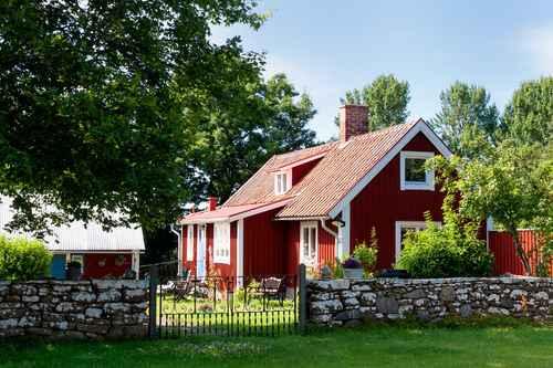Rotes Holzhaus auf dem Land