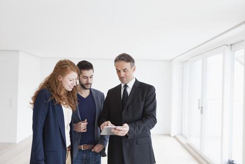 Immobilienmakler beim Verkaufsgespräch