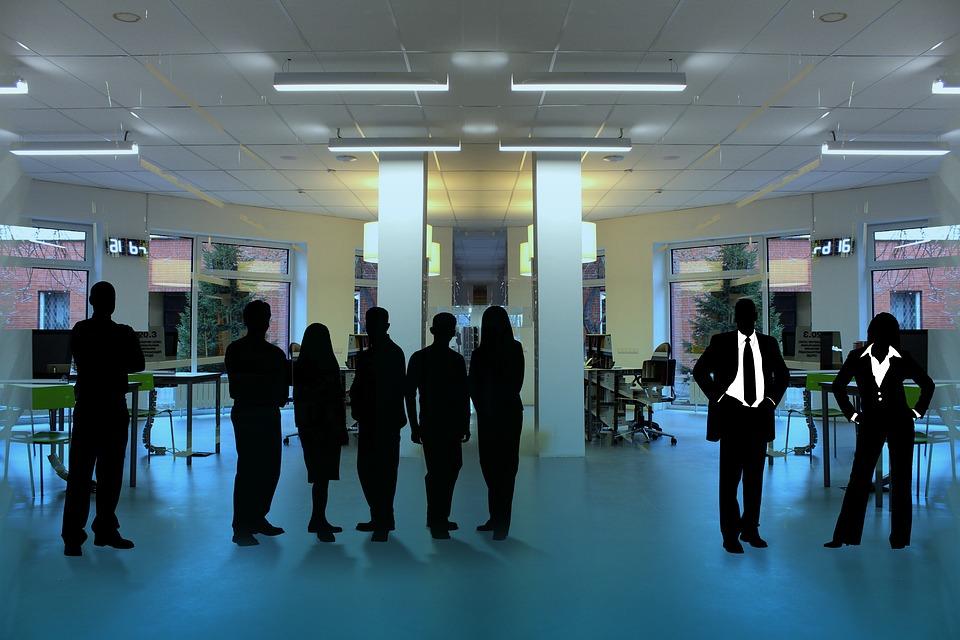 Silhouetten in einem Büro