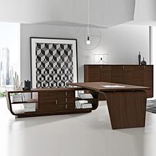 Design Winkel Schreibtisch mit Serviceboard, Regalanbau offen, Chefzimmereinrichtung, moderne Büromöbel mit runden Designformen in Nussbaum natur, Larus