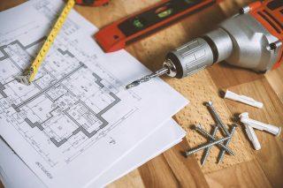 Bohrmaschine und technische Zeichnung beim Möbelaufbau