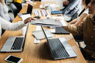 Mitarbeiter während eines Meetings im Konferenzzimmer