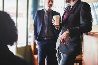 Mitarbeiter mit Kaffeetasse im Pausenraum